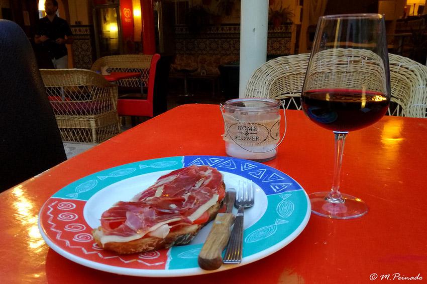 plato de jamón y copa de vino